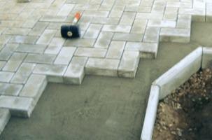 укладка тротуарной плитки на даче на бетон
